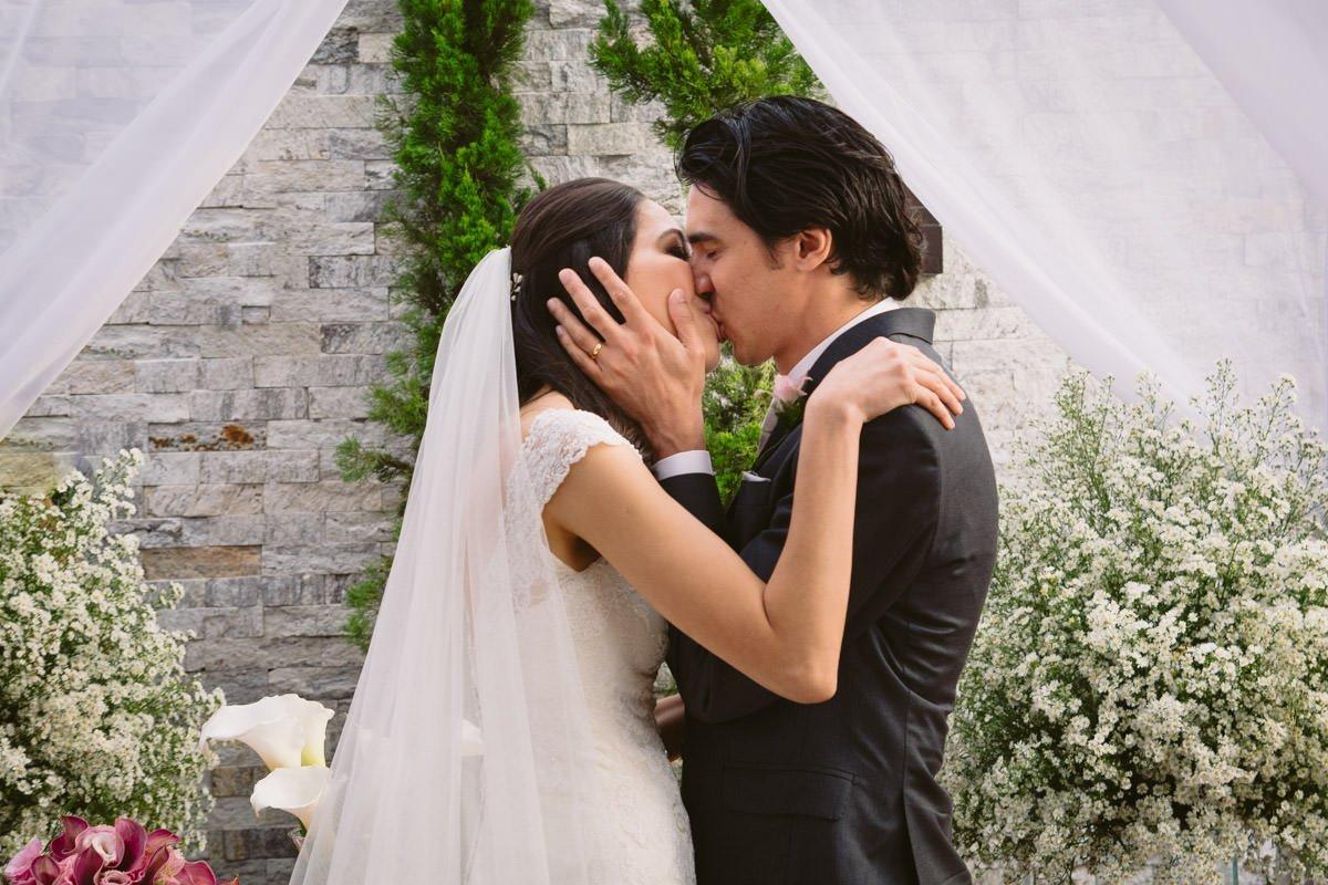 fotografia de casamento do beijo dos noivos