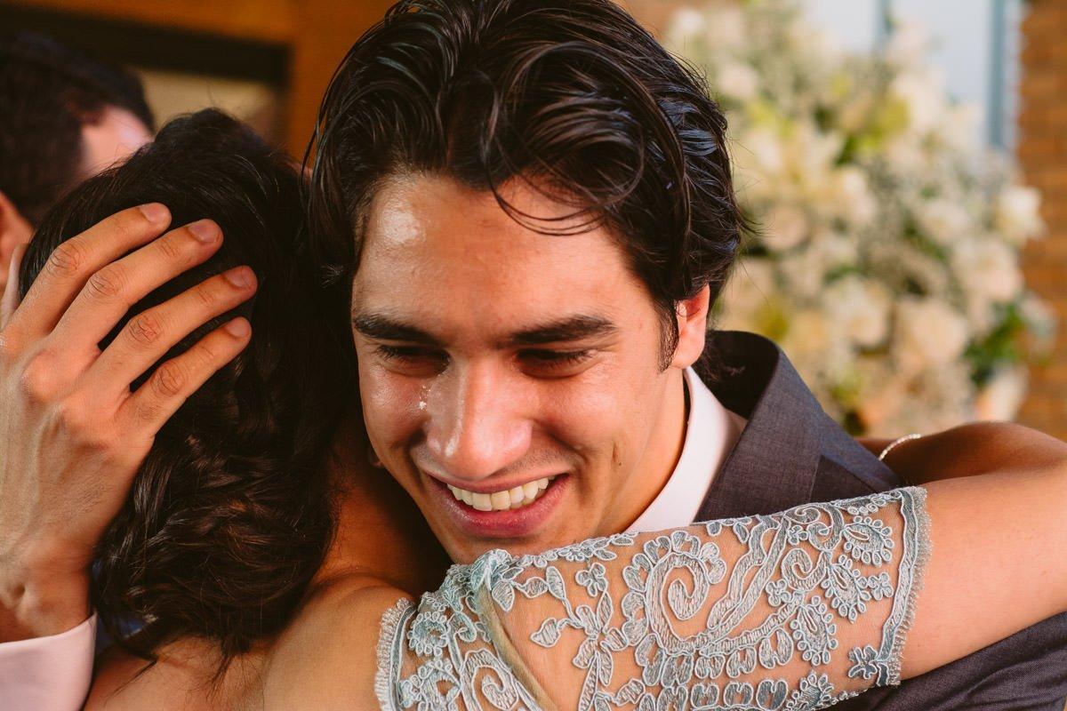 fotografia de casamento do noivo chorando emocionado