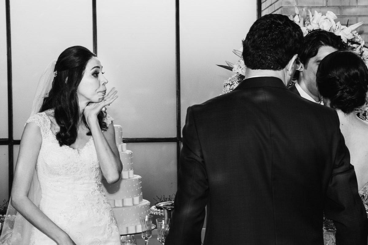 noiva emocionada chorando no casamento