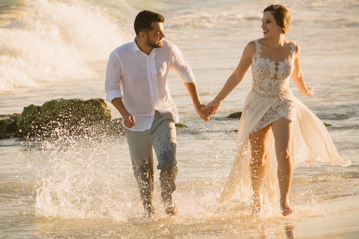 noivos correndo mar ensaio pós destination wedding cancun