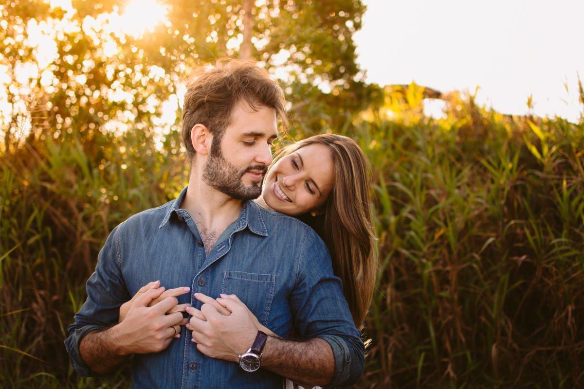 casal feliz no ensaio na serra do rola moça belo horizonte