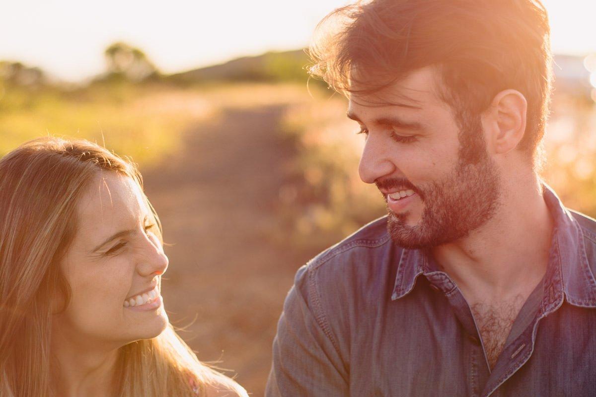 noivos sorrindo no ensaio pré-casamento em belo horizonte