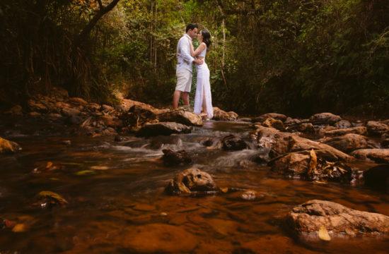 noivos ensaio pré-casamento na floresta