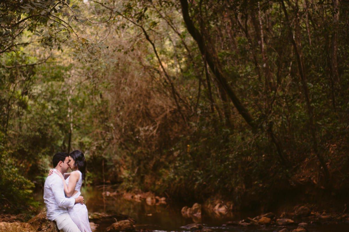 casal romântico ensaio pré-casamento na floresta macacos