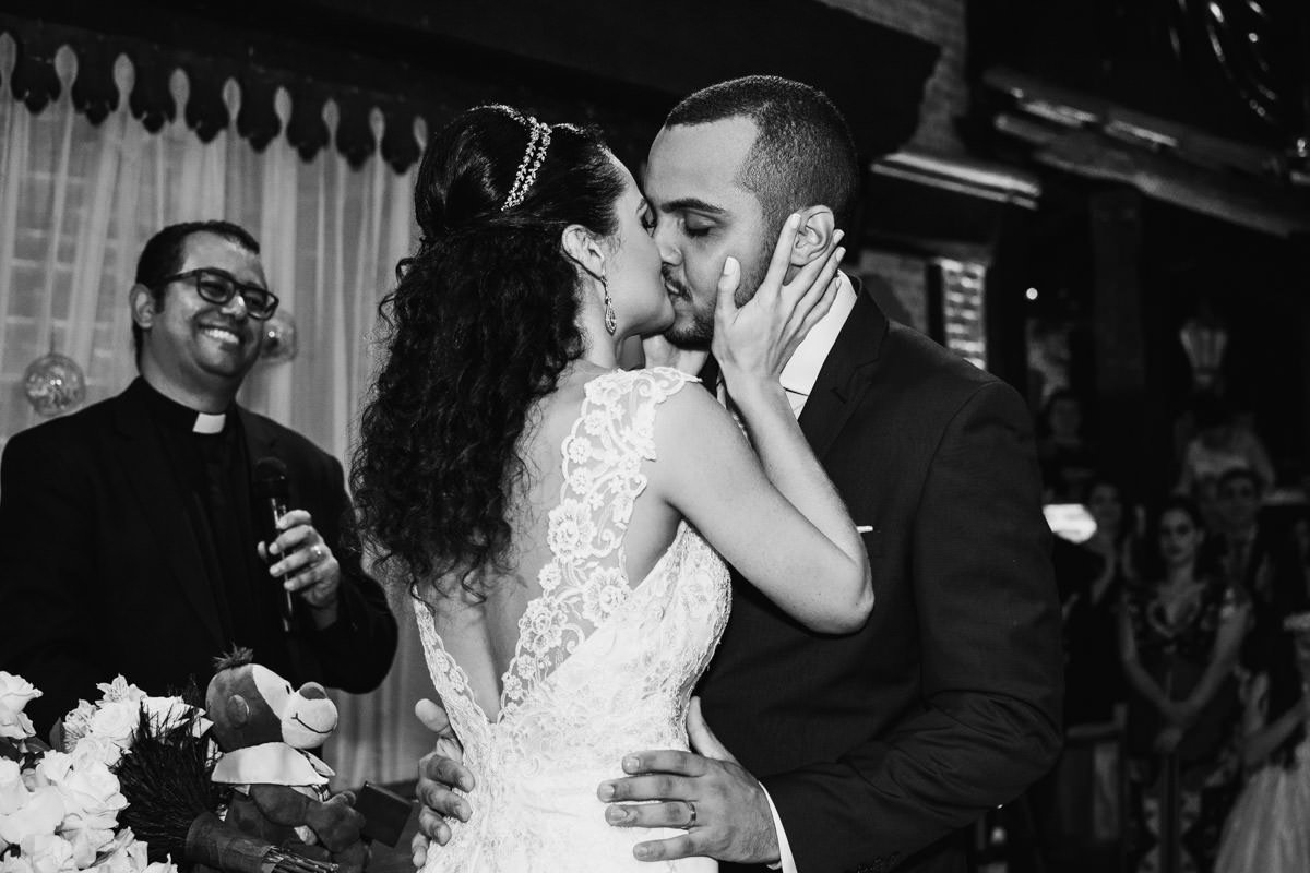 casamento rústico na chácara chiari belo horizonte beijo dos noivos
