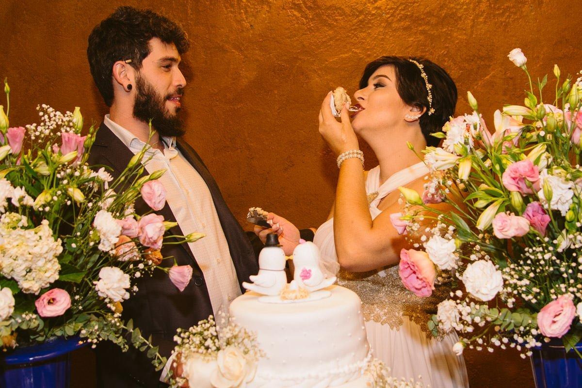 noiva comendo o bolo em casamento em casa belo horizonte