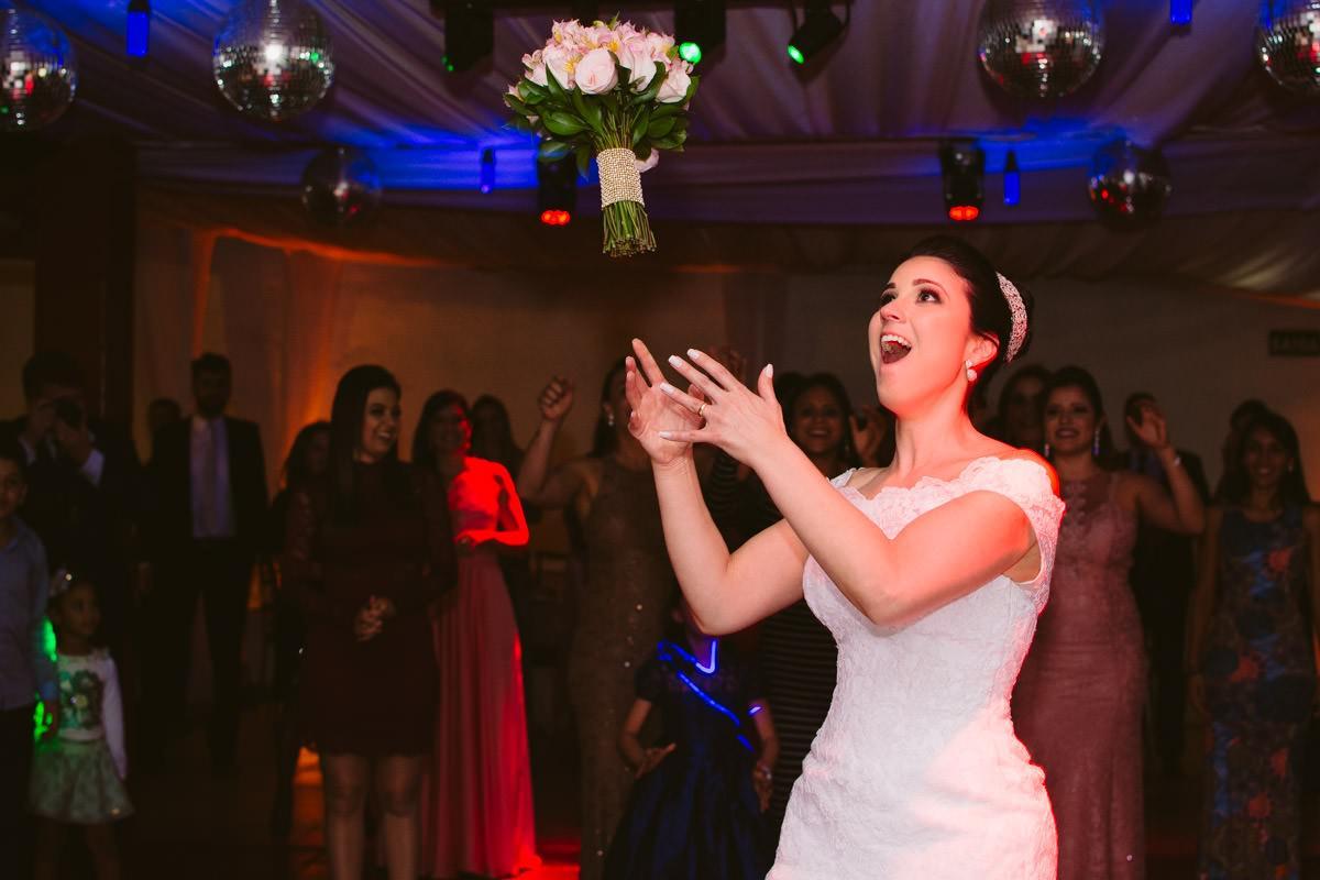 fotografia de casamento da noiva jogando o buquê bh
