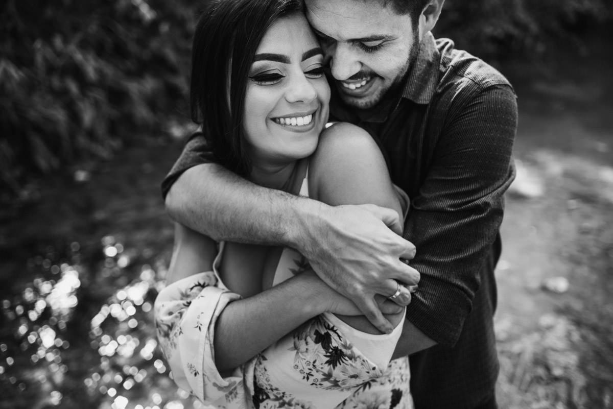 casal abraçado no rio belo horizonte