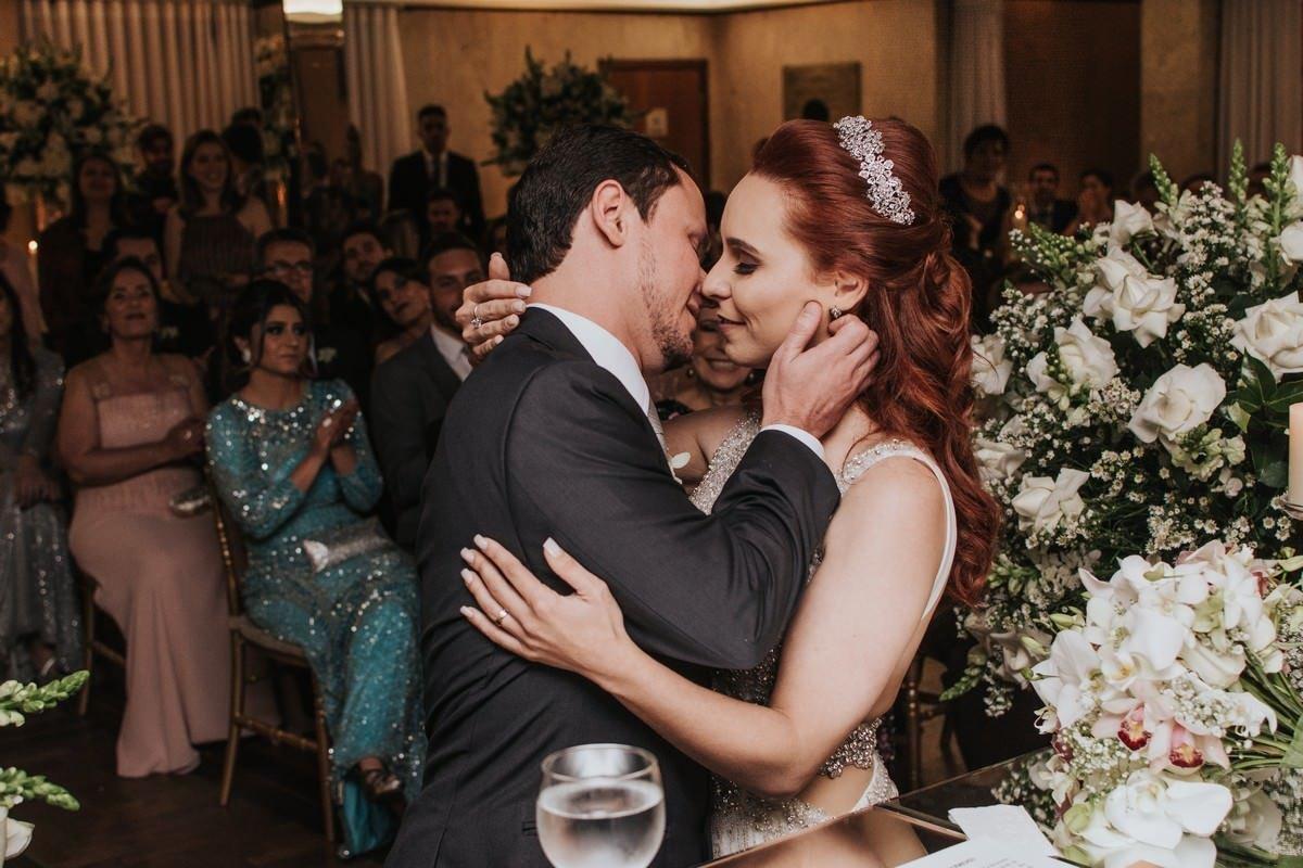 beijo dos noivos no casamento no salão do minas tênis clube
