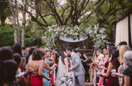 beijo dos noivos em casamento de dia no espaço mariângela em bh