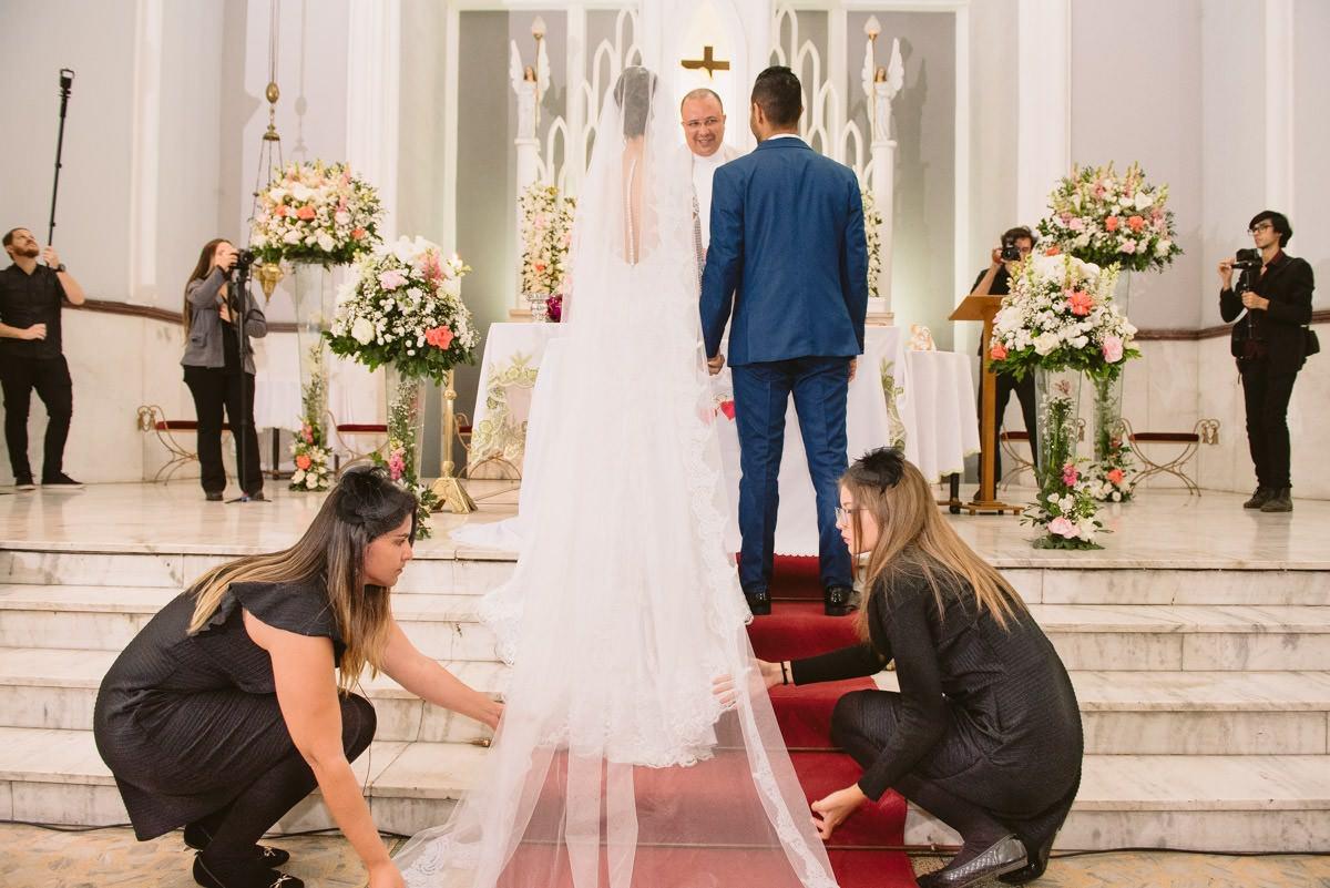 assessoria de casamento ajudando a noiva na cerimônia