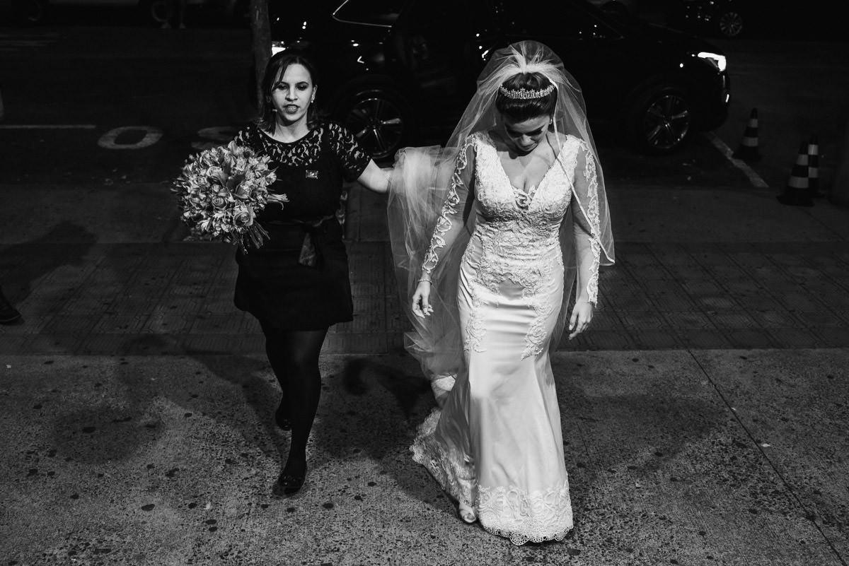 assessora de casamento levando a noiva para a igreja