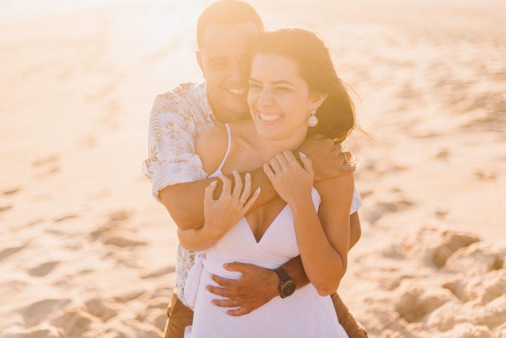 ensaio pré-wedding na praia de grumari rio de janeiro fotografia de casamento casal fotógrafo de casamento belo horizonte bh mg